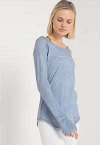 Yogasearcher - KARANI - T-shirt à manches longues - chambray - 0