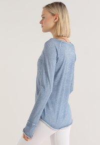 Yogasearcher - KARANI - T-shirt à manches longues - chambray - 2