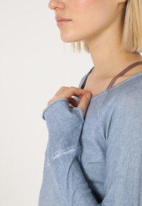 Yogasearcher - KARANI - T-shirt à manches longues - chambray - 4