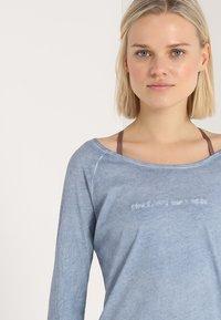 Yogasearcher - KARANI - T-shirt à manches longues - chambray - 3