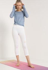 Yogasearcher - KARANI - T-shirt à manches longues - chambray - 1