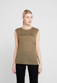 Yogasearcher - VISHNU  - Camiseta estampada - kaki - 0