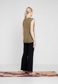 Yogasearcher - VISHNU  - Camiseta estampada - kaki - 2