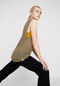 Yogasearcher - VISHNU  - Camiseta estampada - kaki - 3