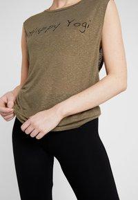 Yogasearcher - VISHNU  - Camiseta estampada - kaki - 5