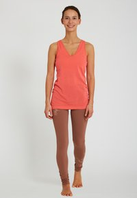 Yogasearcher - AJNA - Top - coral - 1