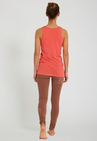 Yogasearcher - AJNA - Top - coral - 2
