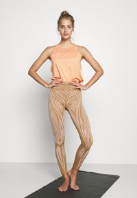 Yogasearcher - WILD - Legging - curry - 1