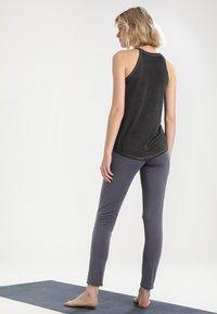 Yogasearcher - SHAKTI - Pantalon de survêtement - carbon - 2