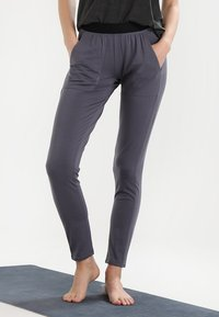 Yogasearcher - SHAKTI - Pantalon de survêtement - carbon - 0