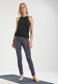 Yogasearcher - SHAKTI - Pantalon de survêtement - carbon - 1