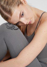 Yogasearcher - SHANTI - Punčochy - dolphin - 4
