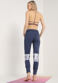 Yogasearcher - RACINE - Pantalon de survêtement - night - 2
