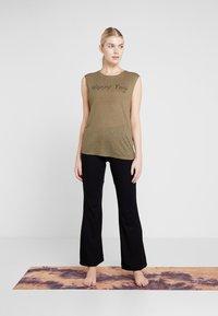 Yogasearcher - GANESH YOGA PANT - Pantalon de survêtement - black - 1