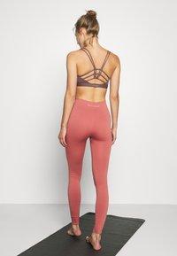 Yogasearcher - GALAXIE - Leggings - terracotta - 2