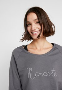 Yogasearcher - WARRIOR - Sweatshirt - carbon