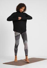 Yogasearcher - PURUSHA - Stickad tröja - black - 1