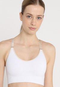 Yogasearcher - ANAHAT - Biustonosz sportowy - white - 4