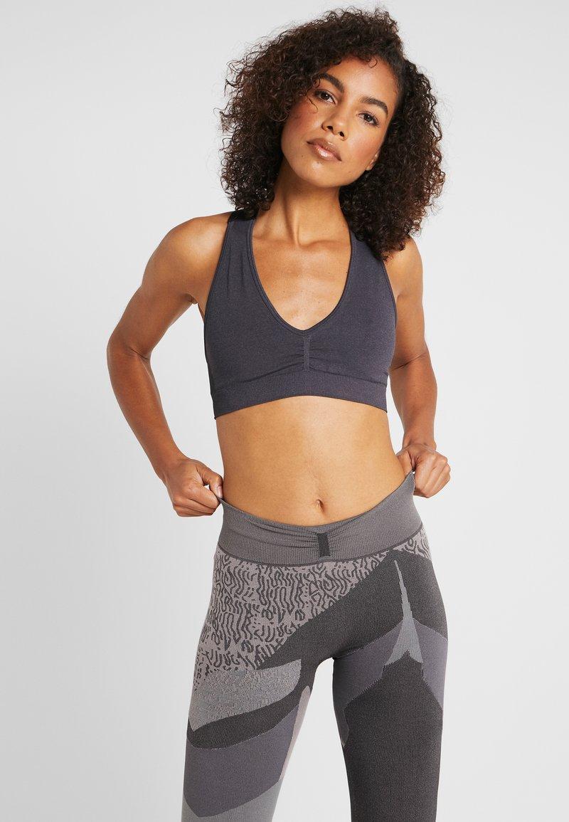 Yogasearcher - MYSTIC - Biustonosz sportowy - carbon