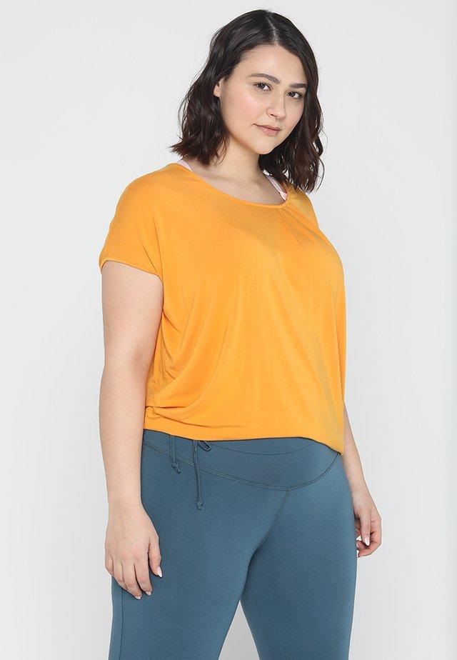 WIDE - T-shirts - aprikose
