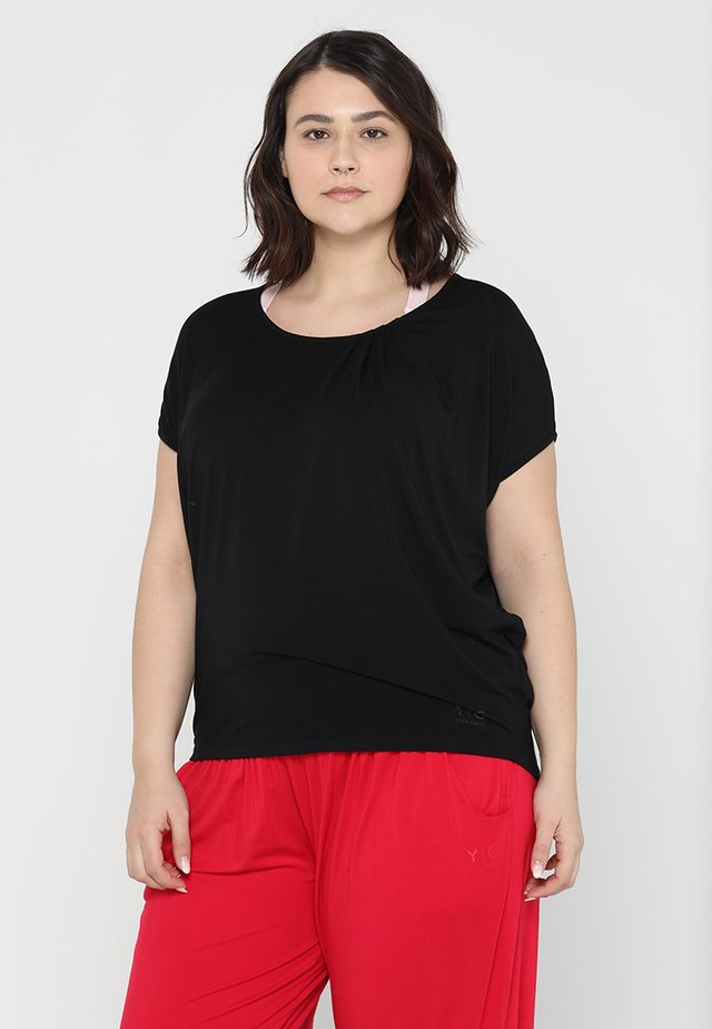 WIDE - T-shirts - black