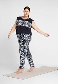 YOGA CURVES - WIDE BODY  - T-shirt print - black - 1