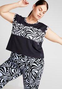 YOGA CURVES - WIDE BODY  - T-shirt print - black - 0