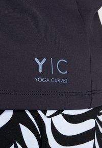 YOGA CURVES - WIDE BODY  - T-shirt print - black - 5