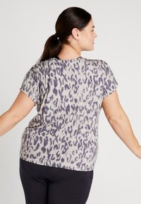 YOGA CURVES - SLIT - T-shirt print - sand