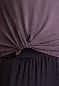YOGA CURVES - SLIT - T-shirt print - aubergine - 4
