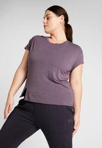YOGA CURVES - SLIT - T-shirt print - aubergine - 0