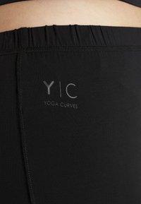 YOGA CURVES - PANTS FLARED LEGS - Pantaloni - black - 4