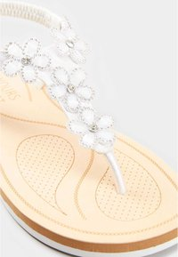 Yours Clothing - DIAMANTE FLOWER  - T-bar sandals - white - 5