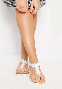 Yours Clothing - DIAMANTE FLOWER  - T-bar sandals - white - 0