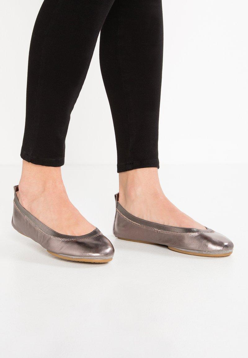 Yosi Samra - SAMARA - Foldable ballet pumps - pewter