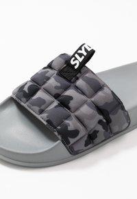 Slydes - FADE - Pantofle - grey - 5