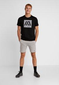 Your Turn Active - T-shirt med print - jet black - 1