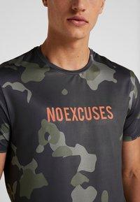 Your Turn Active - Camiseta estampada - dark green - 5