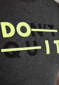 Your Turn Active - Print T-shirt - mottled dark grey - 5