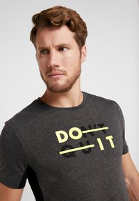 Your Turn Active - T-shirt con stampa - mottled dark grey - 3