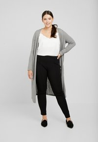 Zizzi - EXCLUSIVE ERICCI PANTS - Leggingsit - black
