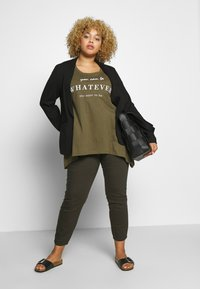 Zizzi - VMIRA - T-shirts med print - ivy green - 1
