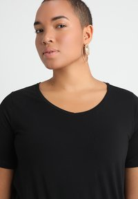 Zizzi - SHORT SLEEVE V NECK - T-shirts - black - 4