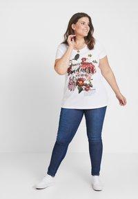 Zizzi - XFILI - T-shirt med print - bright white - 1