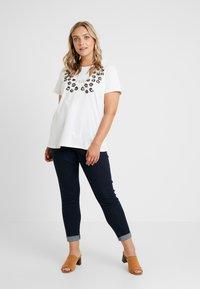 Zizzi - XETRE - T-shirt med print - bright white - 1