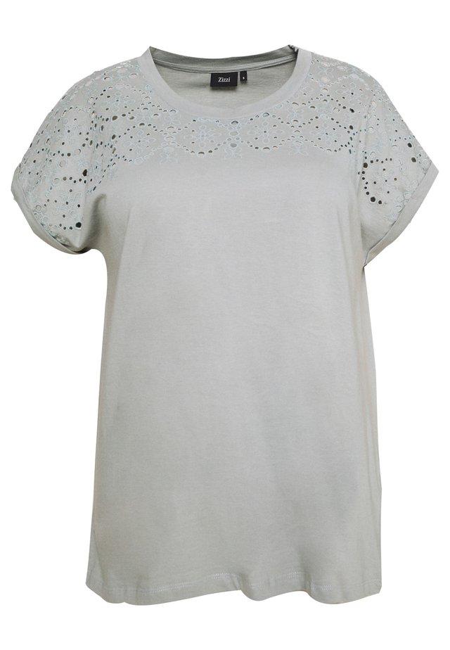 VSOFIA - T-shirt med print - slate gray
