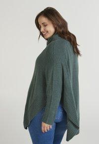 Zizzi - PONCHO - Stickad tröja - green - 2