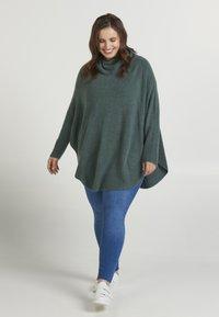 Zizzi - PONCHO - Stickad tröja - green - 1