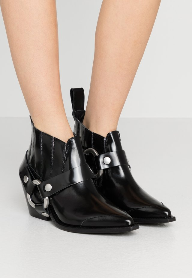 N'DRICKS GLOSSY - Ankle boots - noir
