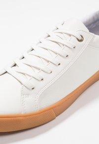 Zalando Essentials - Baskets basses - white/brown - 5